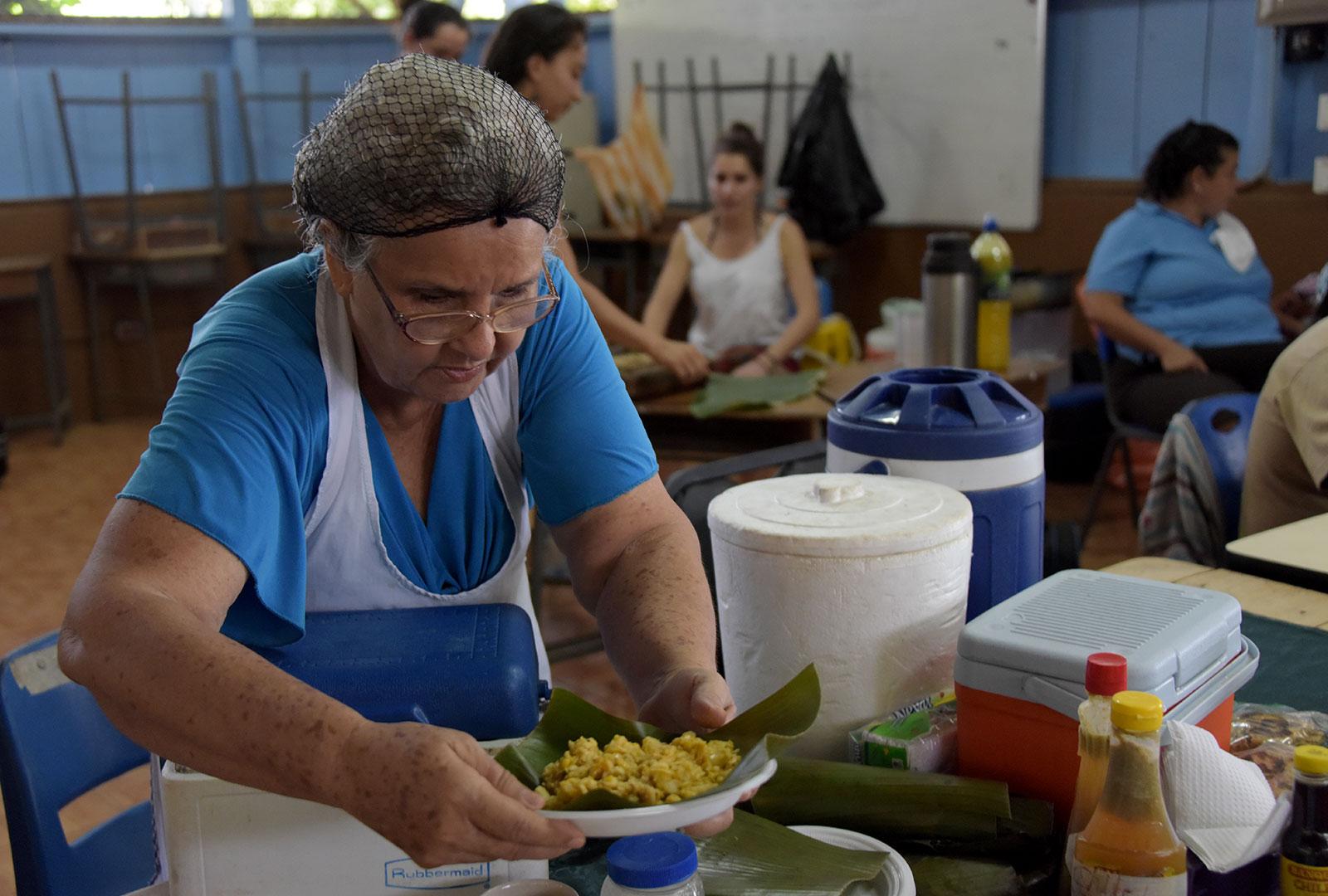 Durante el fin de semana del 16 y 17 de febrero, la comunidad aprovechó la visita del Ensamble de Saxofones A de la UCR para realizar una feria que titularon Feria del Buen Vivir, en la que ofrecieron sus productos a la venta. Agujitas, Drake, Península de Osa.
