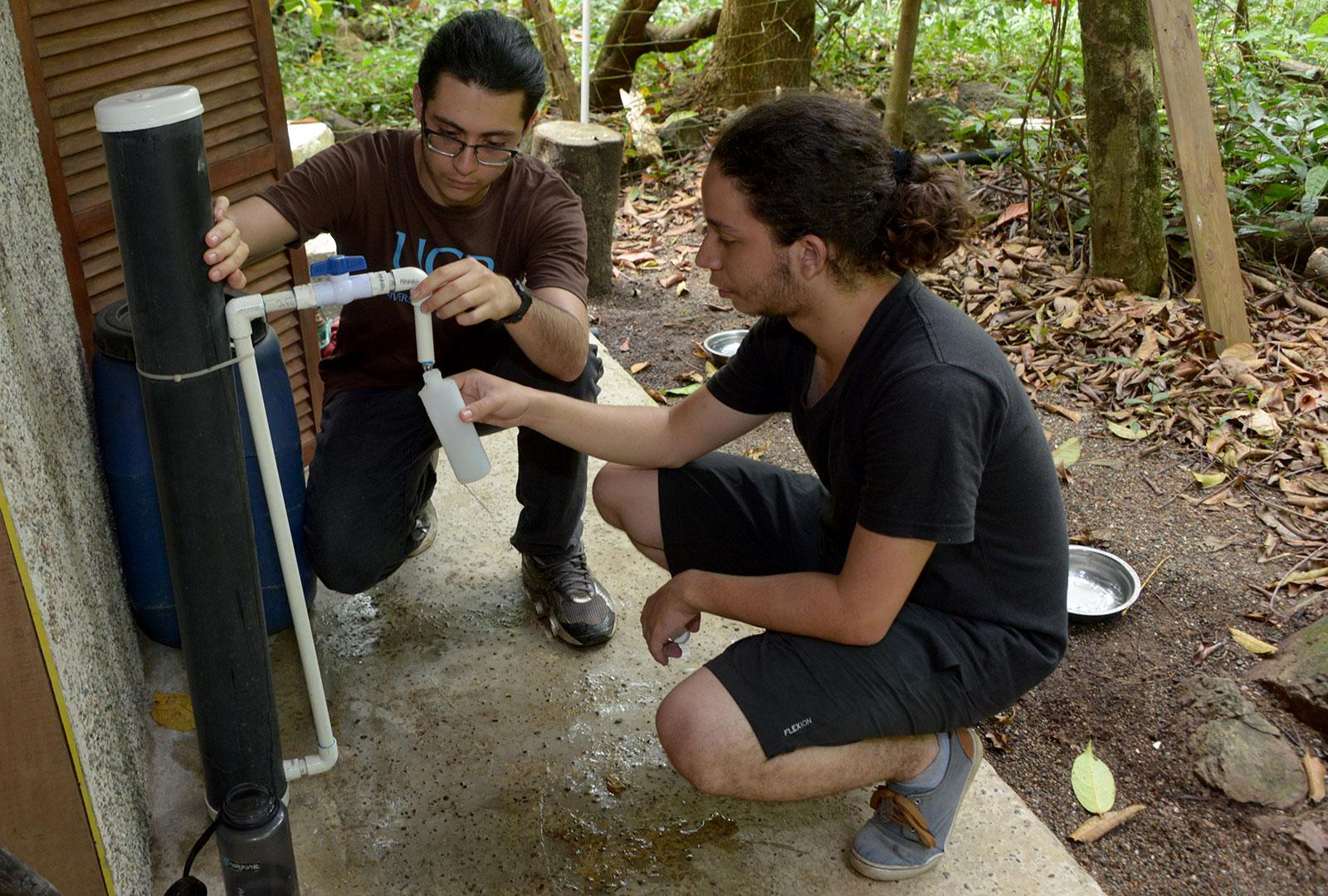 Una casa de habitación en Las Caletas, Drake, usa desde hace unos meses un filtro de agua de prueba, que tiene el objetivo de mejorar la calidad del agua de consumo humano en la bahía. En la fotografía, los estudiantes de TCU sacan una muestra de agua para realizar el análisis microbiano.