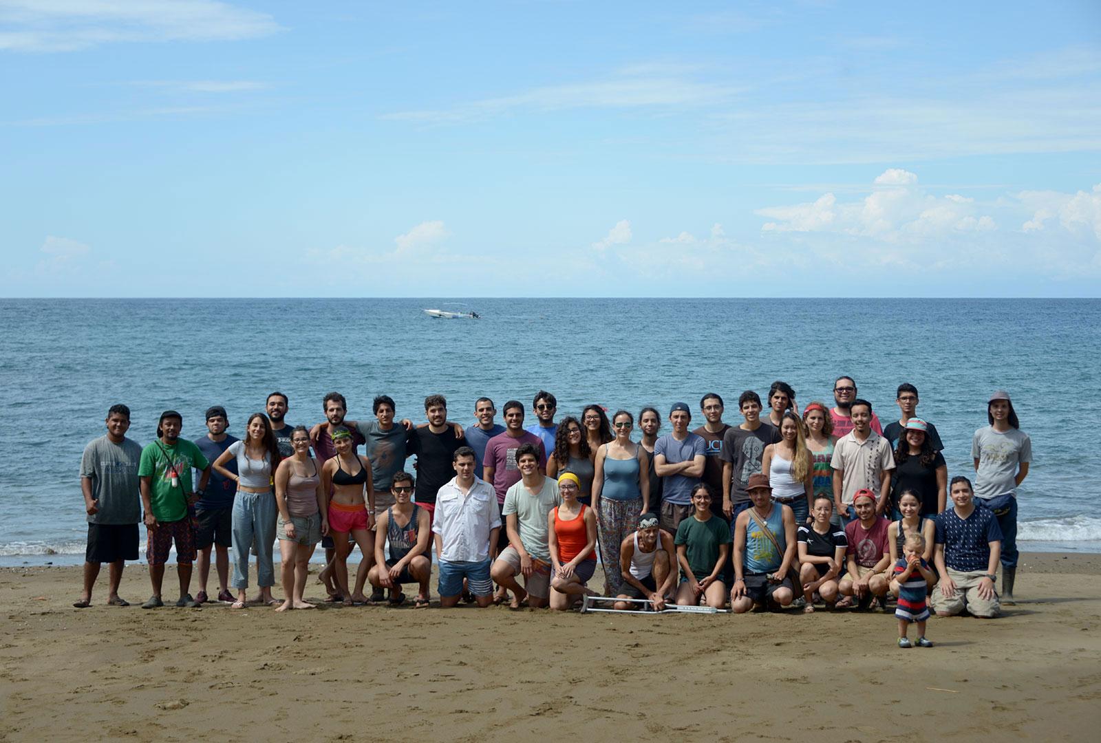 El grupo de 50 personas vinculadas al TCU, en foto grupal en playa Las Caletas, Drake, el 18 de febrero de 2018.