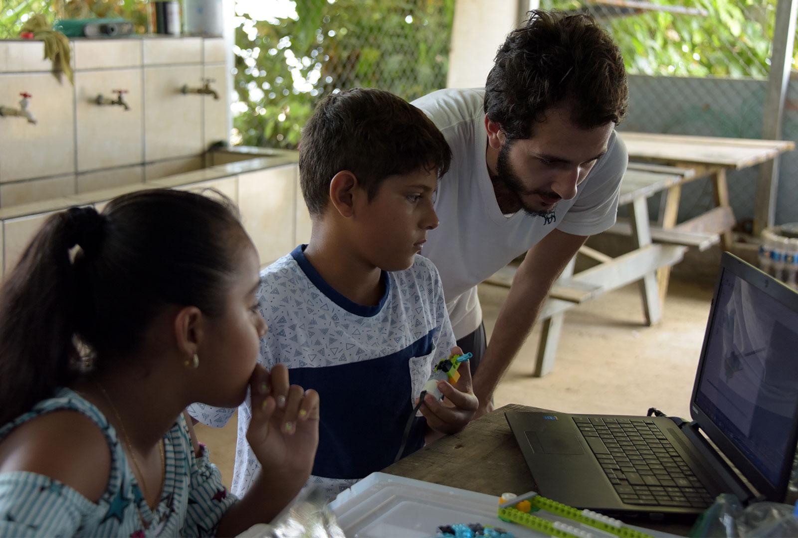 Estudiantes de ingeniería de la UCR ofrecen talleres a estudiantes de Drake. Los chicos exploran mientras sus padres participan de actividades con las que el Trabajo Comunal Universitario busca lograr un mayor impacto en la salud integral de los poblados.