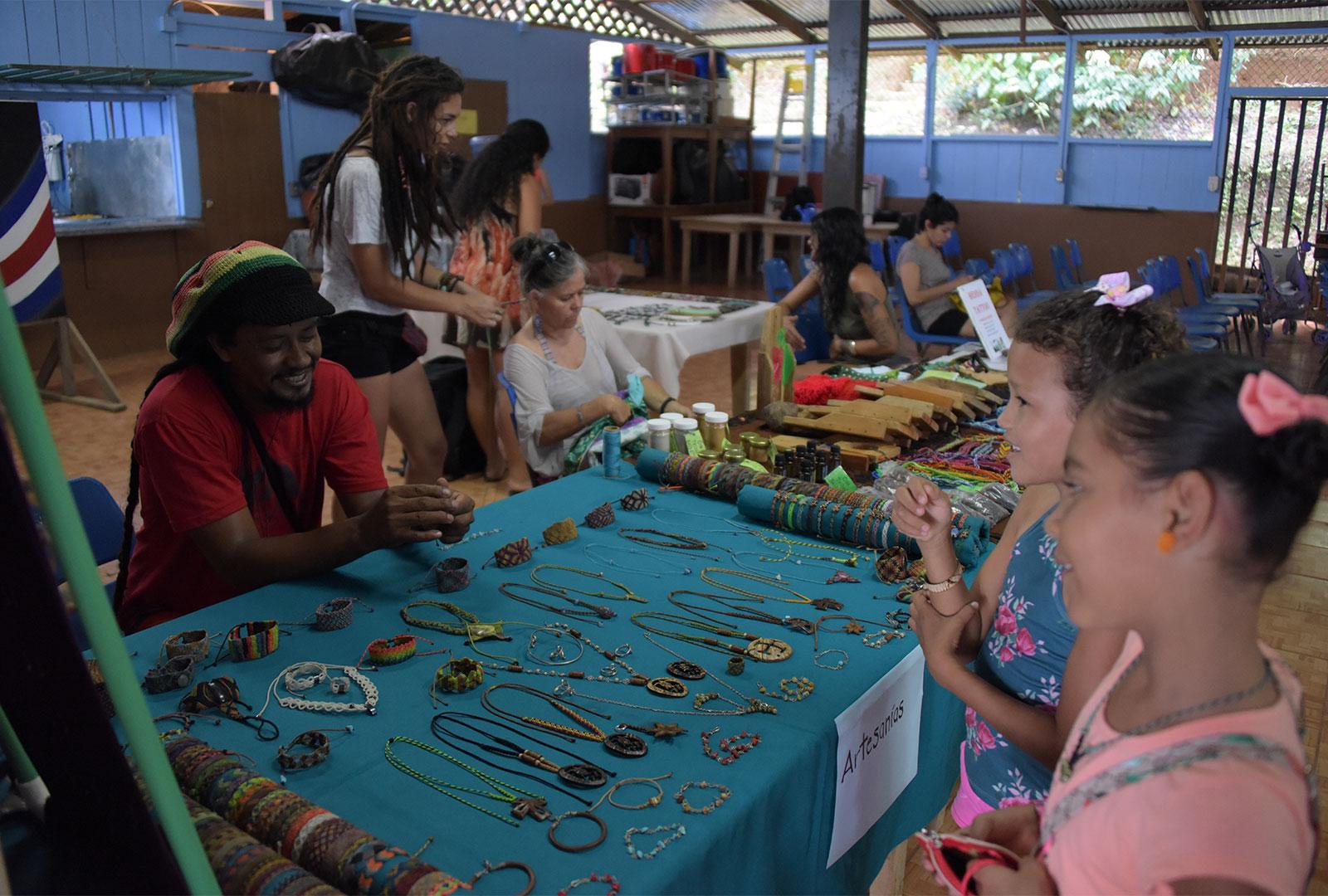 Durante el fin de semana del 16 y 17 de febrero, la comunidad aprovechó la visita del Ensamble de Saxofones A de la UCR para realizar una feria que titularon Feria del Buen Vivir, en la que ofrecieron sus productos a la venta. Salon Comunal y Colegio de Agujitas, Drake, Península de Osa.