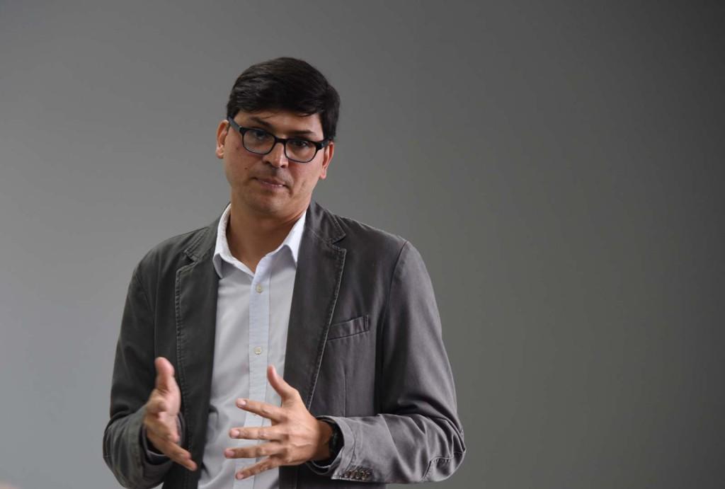 El director del CIEP, Dr. Felipe Alpízar Rodríguez, reconoció el poder que tienen los medios al definir las temáticas que se incluyen y se invisibilizan en su agenda. - foto Karla Richmond, UCR.