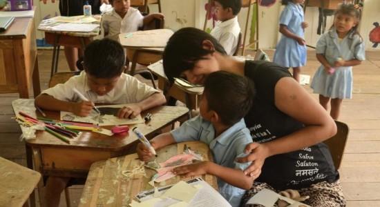 En la foto aparece la estudiante Stephanie Fallas facilitando un taller de elaboración de marionetas en una comunidad de Talamanca. Foto Carlos Sánchez.