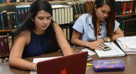 Biblioteca, estudiantes, leer, uso de celular